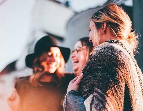 amis-qui-reconforte-votre-stress